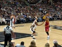 NBA比赛踢马刺对Cavs 免版税库存照片