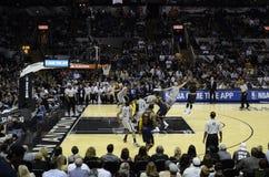 NBA比赛-反对踢马刺的Cavs 图库摄影