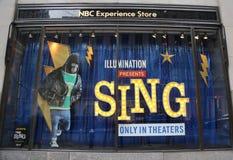 NBC经验商店窗口显示装饰与由在洛克菲勒中心的照明娱乐唱影片促进 库存照片