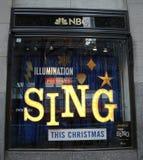 NBC经验商店窗口显示装饰与由在洛克菲勒中心的照明娱乐唱影片促进 免版税库存图片
