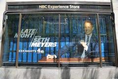 NBC doświadczenia sklepu okno pokaz dekorował z Nocnym z Seth Meyers logem w Rockefeller centrum w środku miasta Manhattan zdjęcie royalty free