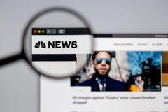NBC- embleem zichtbaar door een vergrootglas stock foto's