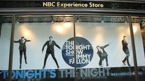 NBC-Erfahrungs-Schaufensteranzeige verziert mit der Show der dieser Nacht mit Jimmy Fallon-Logo in Rockefeller-Mitte Stockfotografie