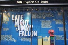 NBC-Erfahrungs-Schaufensteranzeige verziert mit Spät- mit Jimmy Fallon-Logo in Rockefeller-Mitte in Midtown Manhattan Stockfotos