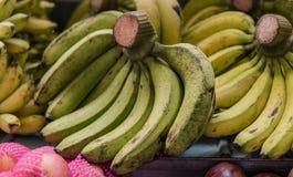Nbundles зрелых бананов для продажи в азиатских рынках fruits тропическо стоковая фотография rf