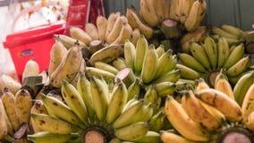 Nbundles зрелых бананов для продажи в азиатских рынках fruits тропическо стоковые изображения rf