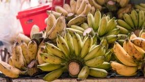 Nbundles des bananes mûres à vendre sur les marchés asiatiques Fruits tropicaux Photo stock