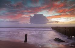 NC海景背景在海洋的日出天空处于低潮中 免版税库存照片