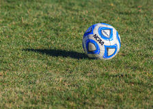 NCAA学院在草地的足球 免版税库存图片