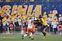 2015 NCAA-fotboll - Oklahoma tillstånd på West Virginia Fotografering för Bildbyråer
