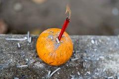 Ncense στην πορτοκαλιά και καίγοντας πυρκαγιά Στοκ Φωτογραφίες