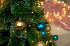 NChristmas träd som dekoreras med blåa och guld- julbollar royaltyfri bild