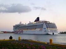 NCL Cruiseship离开檀香山港口在黄昏 库存照片