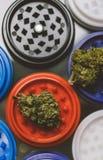 NClose-op van knoppen van marihuana die op een metaalmolen liggen Instagrootte voor publicatie in verhalen stock afbeelding