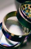 NClose-op van knoppen van marihuana die op een metaalmolen liggen Instagrootte voor publicatie in verhalen stock afbeeldingen