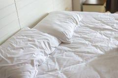 Nconcept home do abrandamento: branco vazio folha de cama emaranhada no amanhecer foto de stock royalty free