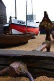 Âncora com o barco do fisher no fundo na praia de Hastings foto de stock