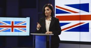 Âncora fêmea da notícia que apresenta a notícia britânica imagens de stock royalty free