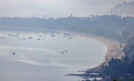 ?ncora rasa dos barcos de pesca na praia em dias da n?voa grossa fotografia de stock royalty free