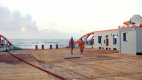 ?ncora-segurando o grupo da embarca??o da fonte AHTS do reboque que prepara a embarca??o video estoque