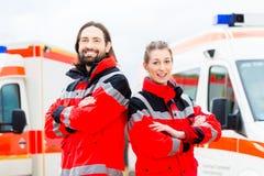 Nöd- doktor och person med paramedicinsk utbildning med ambulansen Arkivbild