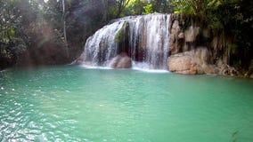2nd nivå för Erawan vattenfall, Erawan nationalpark i Kanchanaburi, Thailand lager videofilmer