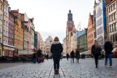 22nd Oktober 2016 Wroclaw, Polen Kvinna med henne tillbaka till caen royaltyfria foton