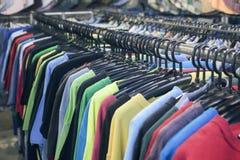 2nd ręki sprzedaży ubrania dręczą z wyborem moda dla mężczyzna, filtrujący wizerunek, selekcyjna ostrość Obrazy Stock