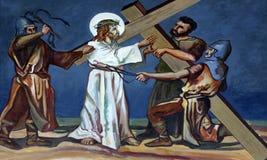 2nd stationer av korset, Jesus ges hans kors Arkivbild