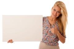 Nde妇女在她的手上的拿着一个空白的白板促进的 免版税库存图片