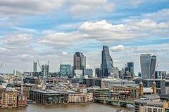 Ändernde Stadt von London - alt und neu auf Themse Stockfoto