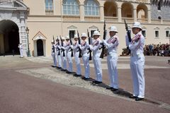 Ändra av den kungliga vakten som är pågående på den kungliga slotten Royaltyfri Fotografi