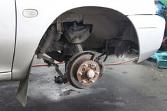 Ändra ett hjul på en bil Royaltyfria Foton