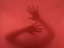 Nödrop - kvinna, händer - som är fängslat, ansträngning att fly, lurar Royaltyfri Bild