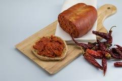 Nduja蒜味咸腊肠辣椒和bruschetta 免版税库存照片