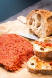 Nduja för kryddig italienare tjänade som den Calabrian korven med lantliga hem- lodisar Arkivfoton