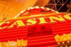 Neón del casino en la calle colorida de Fremont que es una parte de famoso Imagen de archivo libre de regalías