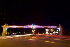 Neón y coches de Route 66 en la noche Foto de archivo