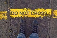Ne croisez pas la ligne, à la frontière Photos libres de droits