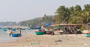 NE DE MUI, VIETNAM Pescadores vietnamitas con las familias Foto de archivo libre de regalías
