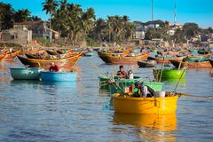 Ne di MUI, VIETNAM - 8 febbraio - pescatori nella piccola f tradizionale Immagine Stock Libera da Diritti