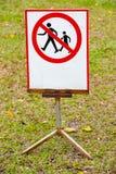 Ne faites pas un pas sur l'herbe Images stock
