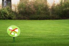 Ne faites pas un pas sur l'herbe Image libre de droits