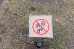 Ne faites pas un pas sur le signe d'herbe Images stock