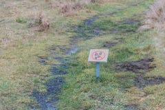 Ne faites pas un pas sur le signe d'herbe Photo stock