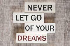 Ne laissez jamais vont de votre message de motivation de rêves image stock