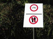 Ne marchent ici, aucun recyclage Signe de prohibition Photographie stock