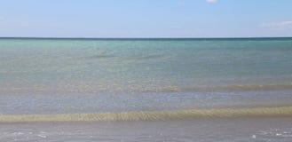 ne nettoyez la mer sans pollution et aucune personne dans la plage privée o Photographie stock