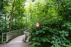 Ne passez pas le signe d'arrêt devant un pont envahi Image stock