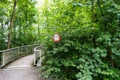 Ne passez pas le signe d'arrêt devant un pont envahi Photo libre de droits